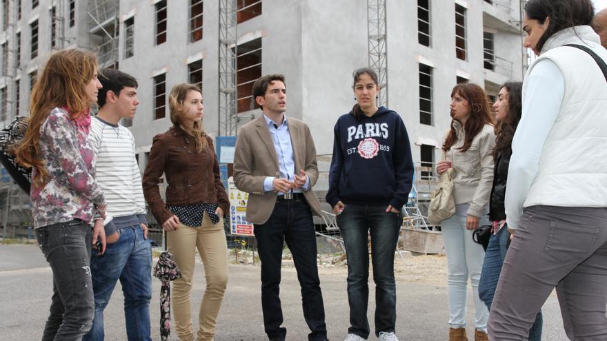 El candidato socialista, en el centro de la imagen, durante la presentación de sus propuestas en empleo joven y vivienda social.