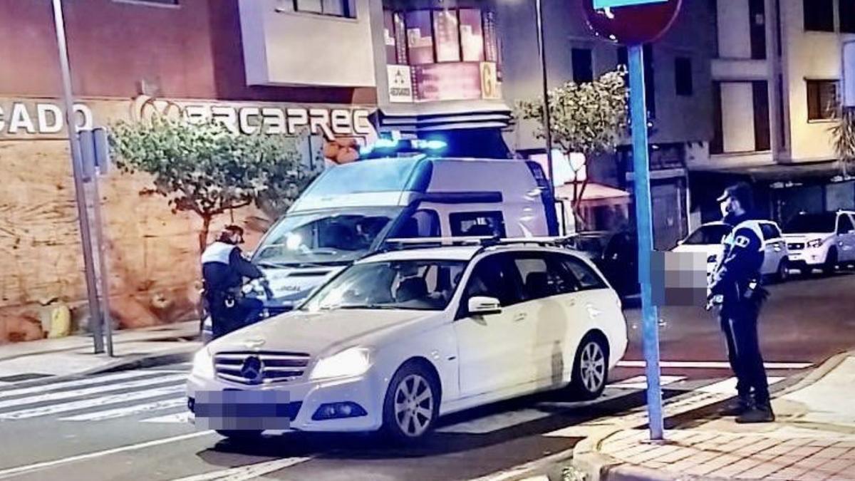La Policía Local de La Laguna, durante un control por el toque de queda en Tenerife