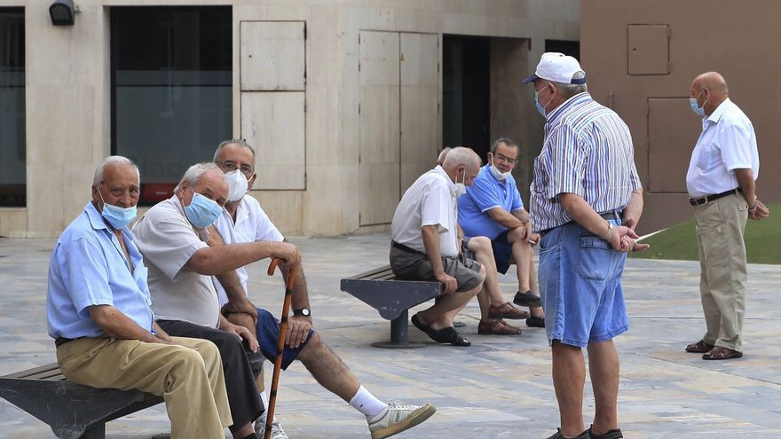 Ambiente de normalidad este lunes en las calles del municipio de Totan. EFE/Juan Carlos Caval