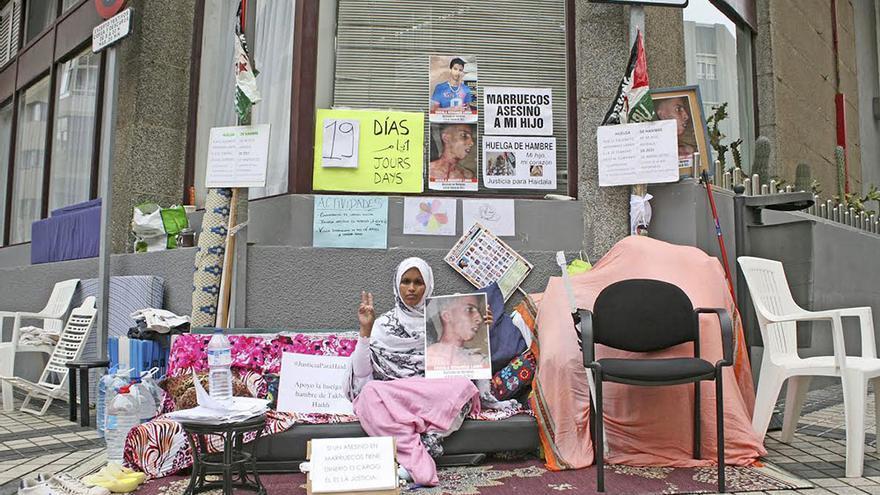 La saharaui Takbar Haddi, en huelga de hambre frente al Consulado de Marruecos en Las Palmas de Gran Canaria. (Foto: Alejandro Ramos).