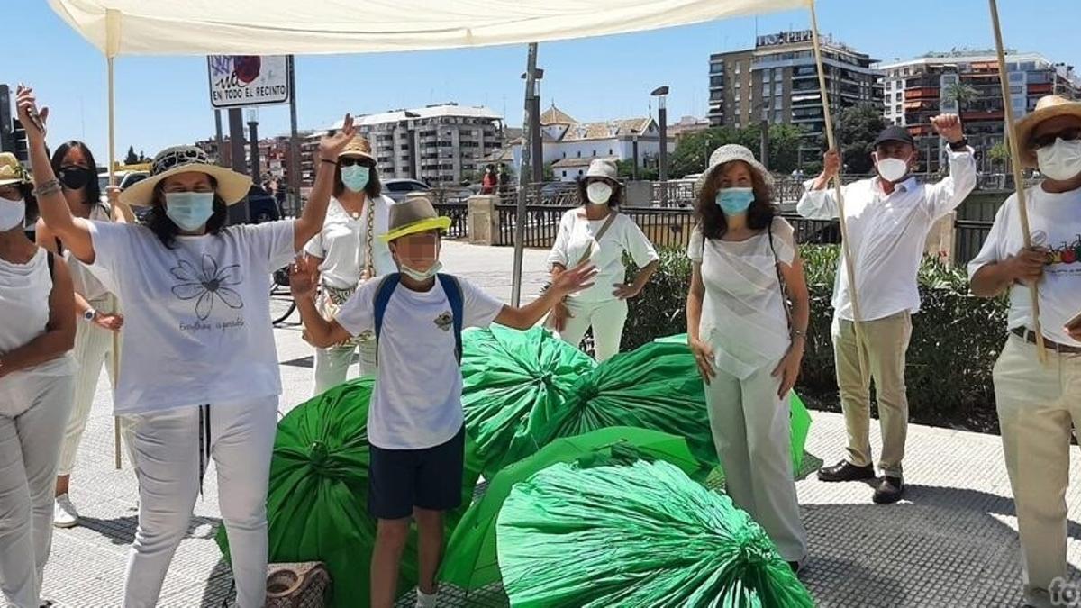 Participantes en la acción reivindicativa, portando el palio por el puente de San Telmo.