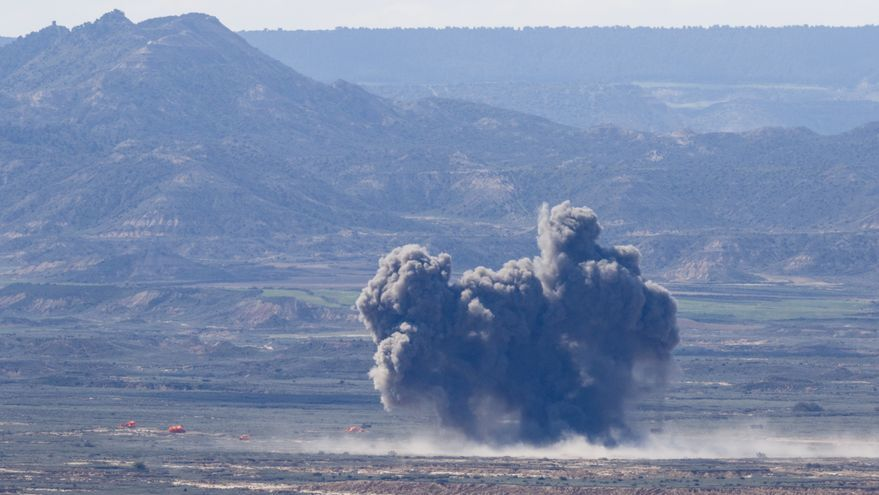Explosión de munición de guerra en la 'Operación Tormenta', en el polígono de tiro de Bardenas (Navarra).