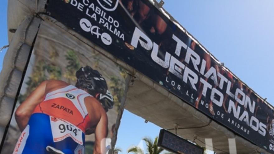 Imagen de la meta del VII Triatlón de Puerto Naos facilitada por el CCN donde, según señala, una de las fotografías elegidas para decorar corresponde al propio consejero de Deportes del Cabildo.