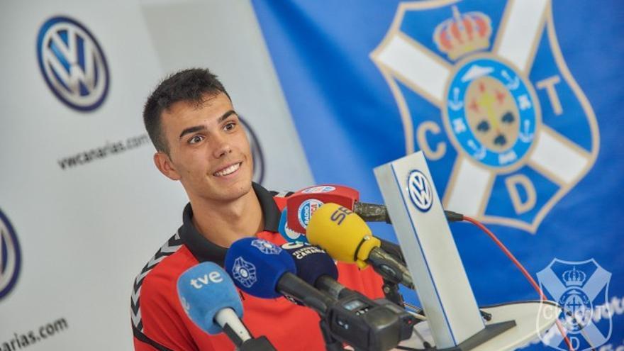 Álex Bermejo atendiendo a los medios de comunicación durante su presentación