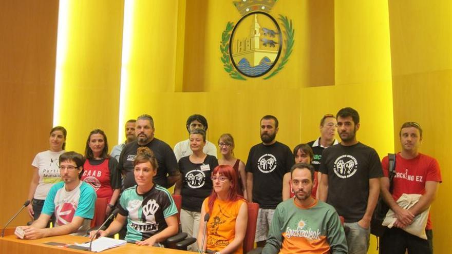 """40 colectivos entre comparsas, partidos y grupos políticos y asociaciones reclaman a las autoridades """"disfrutar de las fiestas sin sufrimiento animal""""."""