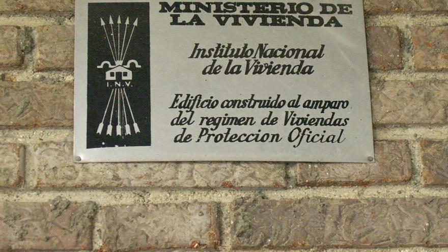 Placa de vivienda franquista