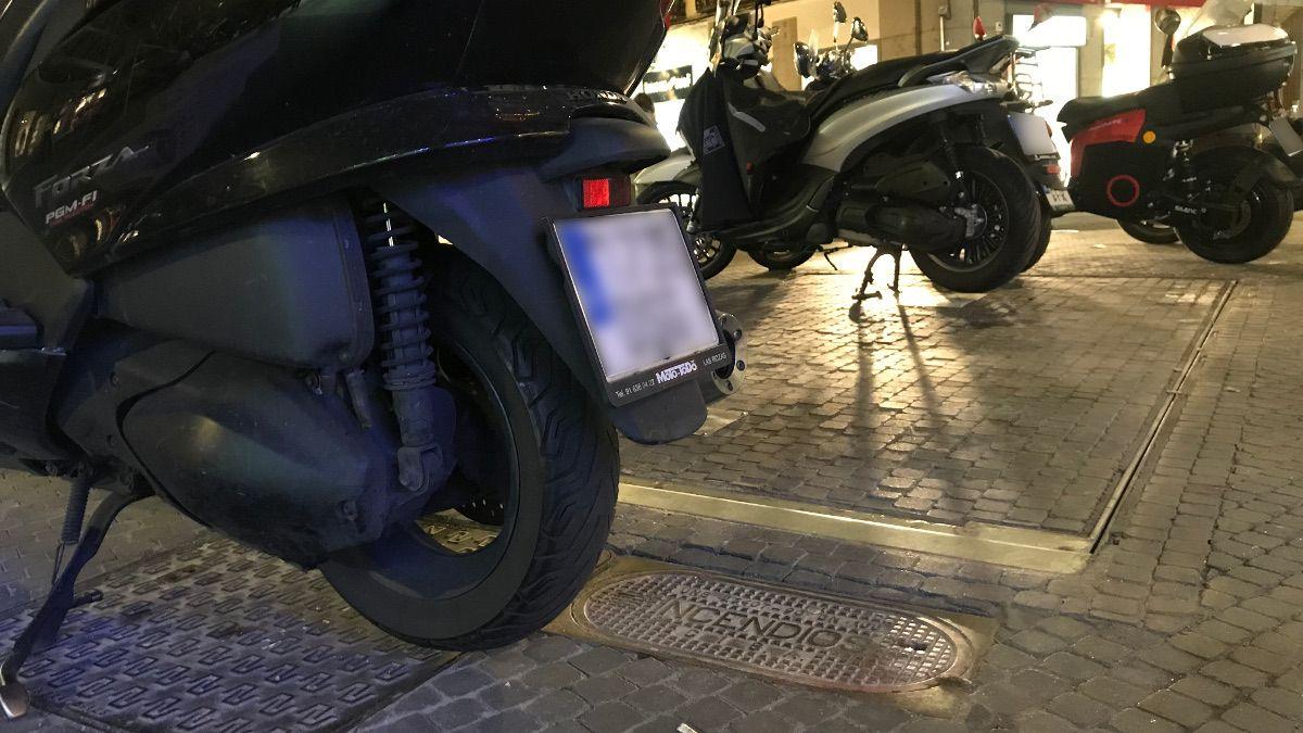Motos mal aparcadas sobre la salida de emergencia e hidrante en C/ Augusto Figueroa | SOMOS CHUECA
