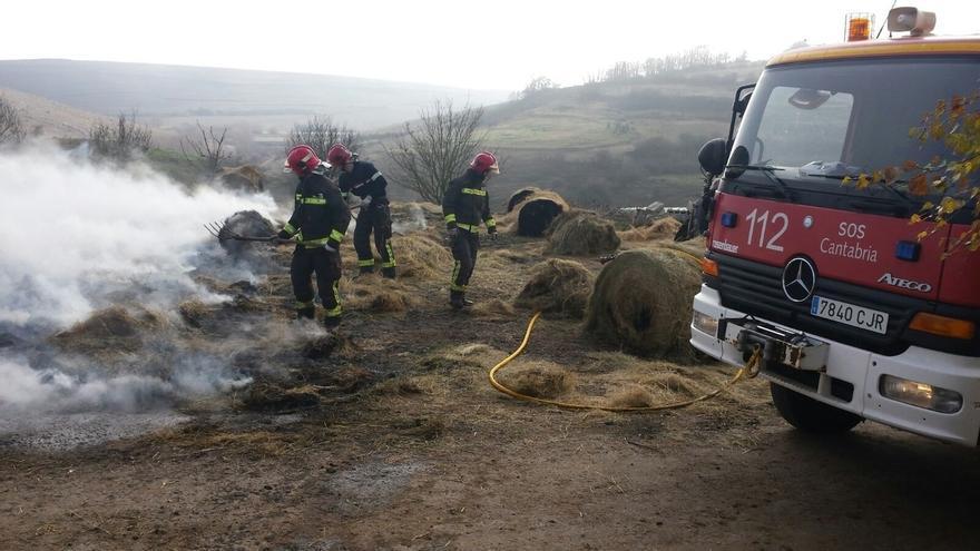 Se incendian 10 rollos de hierba cuando se transportaban en un remolque tirado por un tractor en Valdeolea