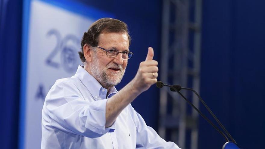 El candidato del Partido Popular a la presidencia del Gobierno de España en las próximas elecciones generales del 26J, Mariano Rajoy, durante el encuentro que mantuvo hoy con afiliados y simpatizantes en el Recinto Ferial de la capital tinerfeña. EFE/Ramón de la Rocha