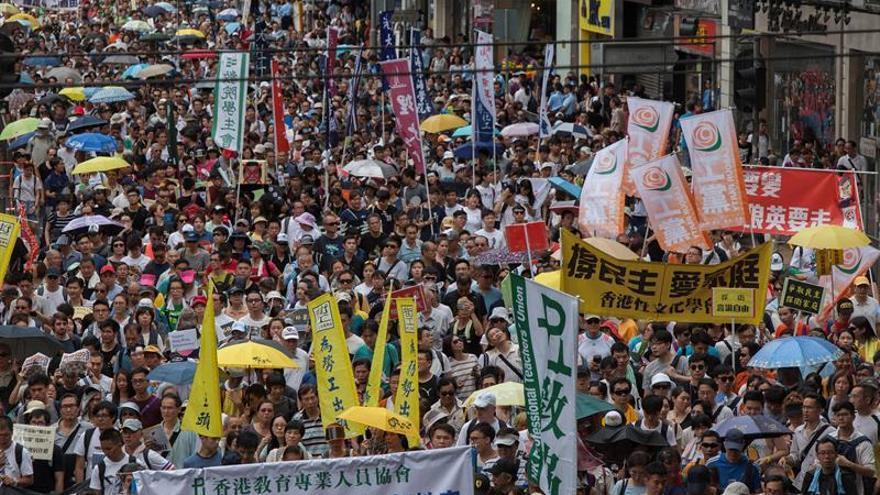 La marcha de Hong Kong contra Pekín se desinfla entre amenazas al librero