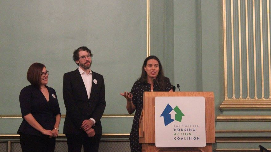 Sonja Trauss en un evento de San Francisco Housing Action Coalition.