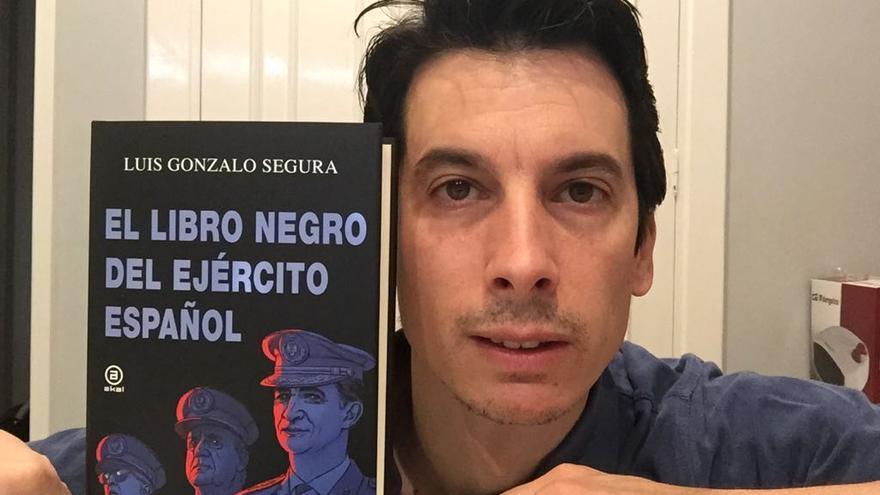 El exmilitar posa con su nuevo libro, que acaba de salir al mercado.
