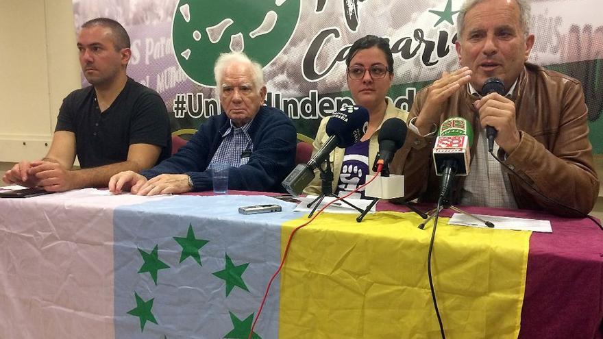Vicente Quintana (derecha), portavoz de Ahora Canarias en Gran Canaria, junto a otros miembros del partido.