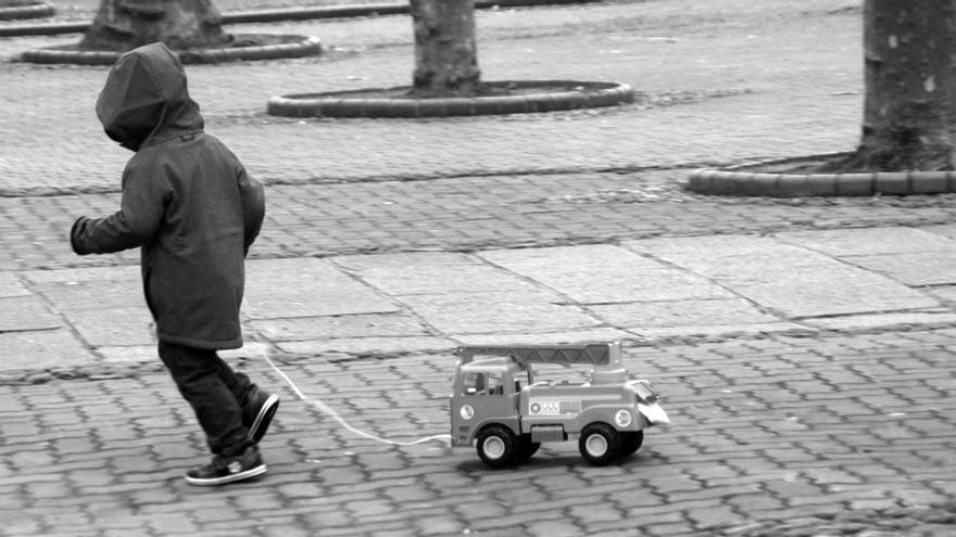 Un niño, ajeno a la información, juega en un parque.