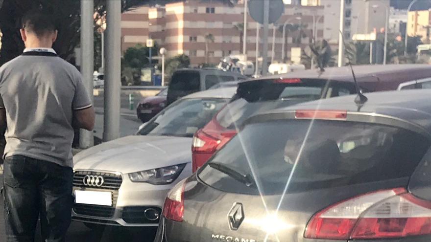 El policía y el vehículo que esperaban al escolta de Soria en el Puerto de La Luz para acompañarlo hasta su residencia en Tafira Alta.