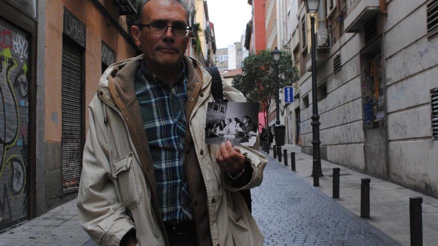 Luis Hidalgo sostiene una foto suya durante una reunión en Lisboa con representantes de otros partidos verdes europeos.
