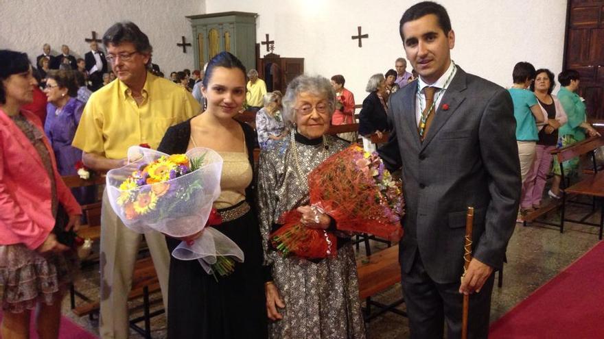 En la foto, Patricia Pérez Afonso y Bernarda Natalia Santos (Nieves), con el alcalde de Breña Baja, Borja Pérez Sicilia.