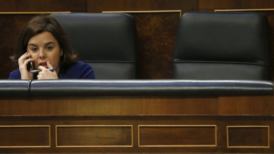 La vicepresidenta del Gobierno en funciones, Soraya Sáenz de Santamaría, habla por teléfono en su escaño del Congreso de los Diputados donde el jefe del Ejecutivo en funciones, Mariano Rajoy, comparece hoy de forma extraordinaria y por vez primera en esta legislatura para informar de los resultados de la Cumbre de la UE que abordó la situación de los refugiados en Europa. El 06/04/2016.