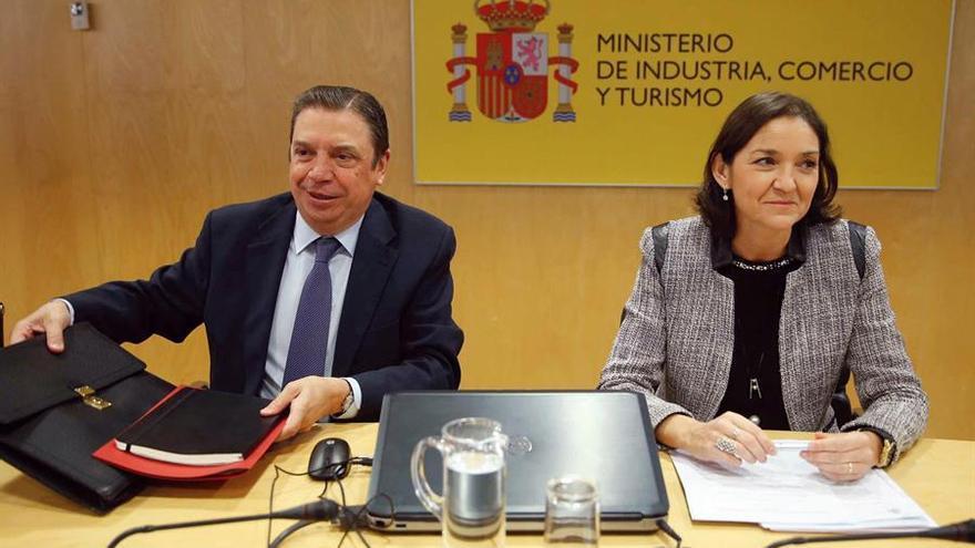 Los ministros en funciones de Industria, Comercio y Turismo y Agricultura, Pesca y Alimentación, Reyes Maroto y Luis Planas.