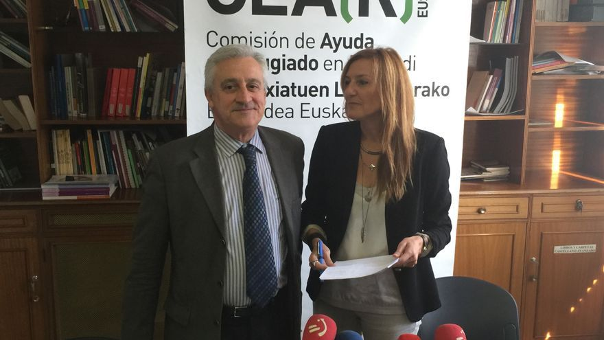 Javier Galparsoro, presidente de CEAR-Euskadi, y su directora, Patricia Bárcena.