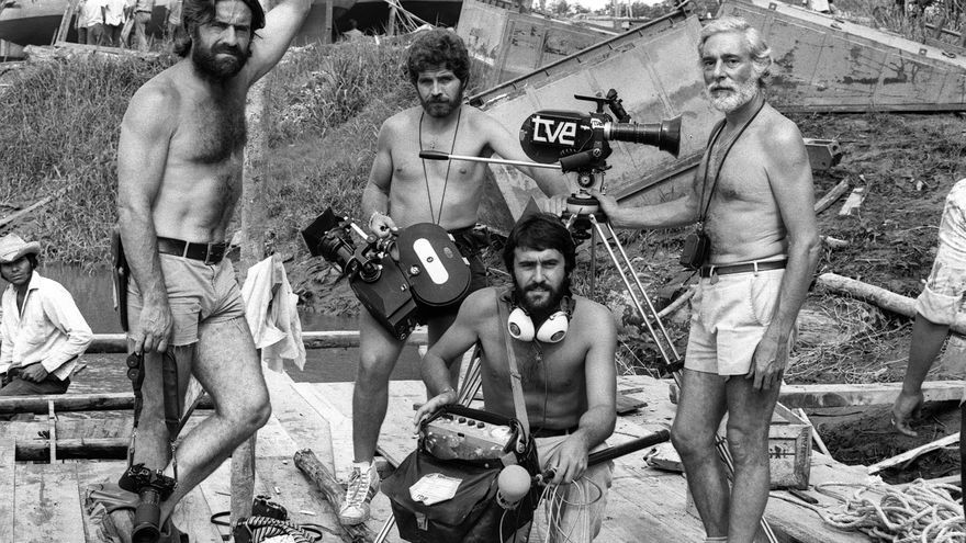 """Miguel de la Quadra Salcedo (izda) , Juan Verdugo (dcha) y el cámara José Luis Márquez (2 izda), miembros del equipo de RTVE en la Expedición """"Orellana""""."""