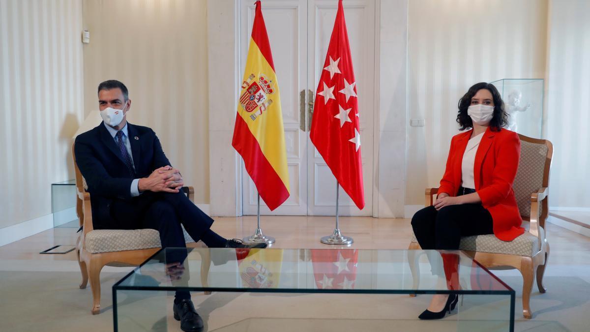 La presidenta de la Comunidad de Madrid, Isabel Díaz Ayuso, y el presidente del Gobierno, Pedro Sánchez, durante la reunión. EFE/Emilio Naranjo