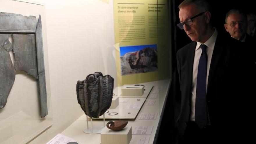 El ministro de Cultura, José Guirao, observa algunas de las piezas que forma parte de la muestra, tras la inauguración este martes de la primera exposición temporal dedicada en el Museo Arqueológico Nacional al arte del metal en Al-Ándalus .