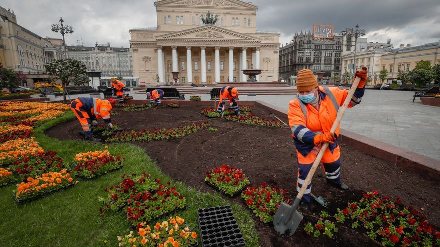 Empleados municipales trabajan en la calle en el centro de Moscú, Rusia, 14 de mayo de 2020.