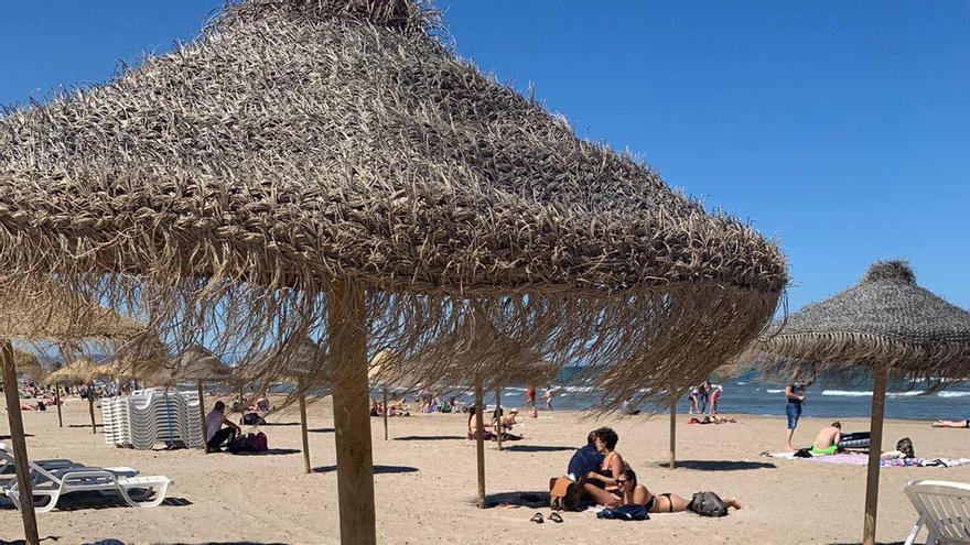 Hamacas en una playa de València