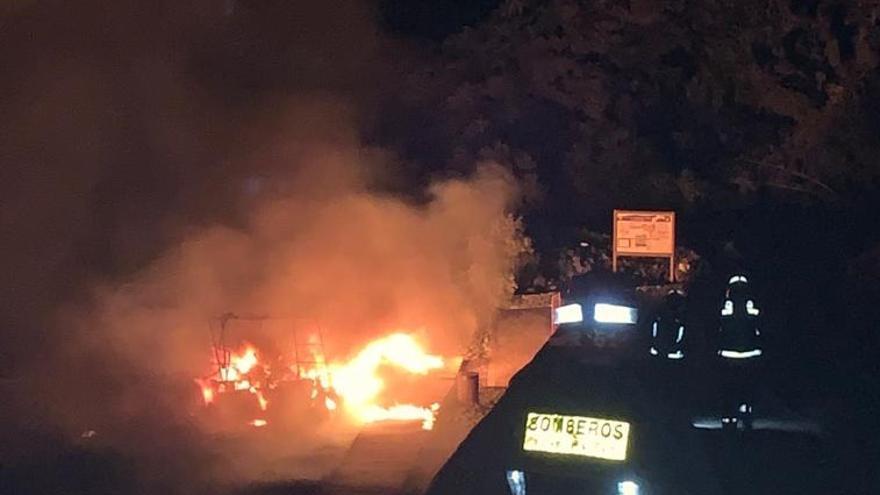 En la imagen, incendio del catamarán varado en la playa de  Charco Verde  (Los Llanos de Aridane).