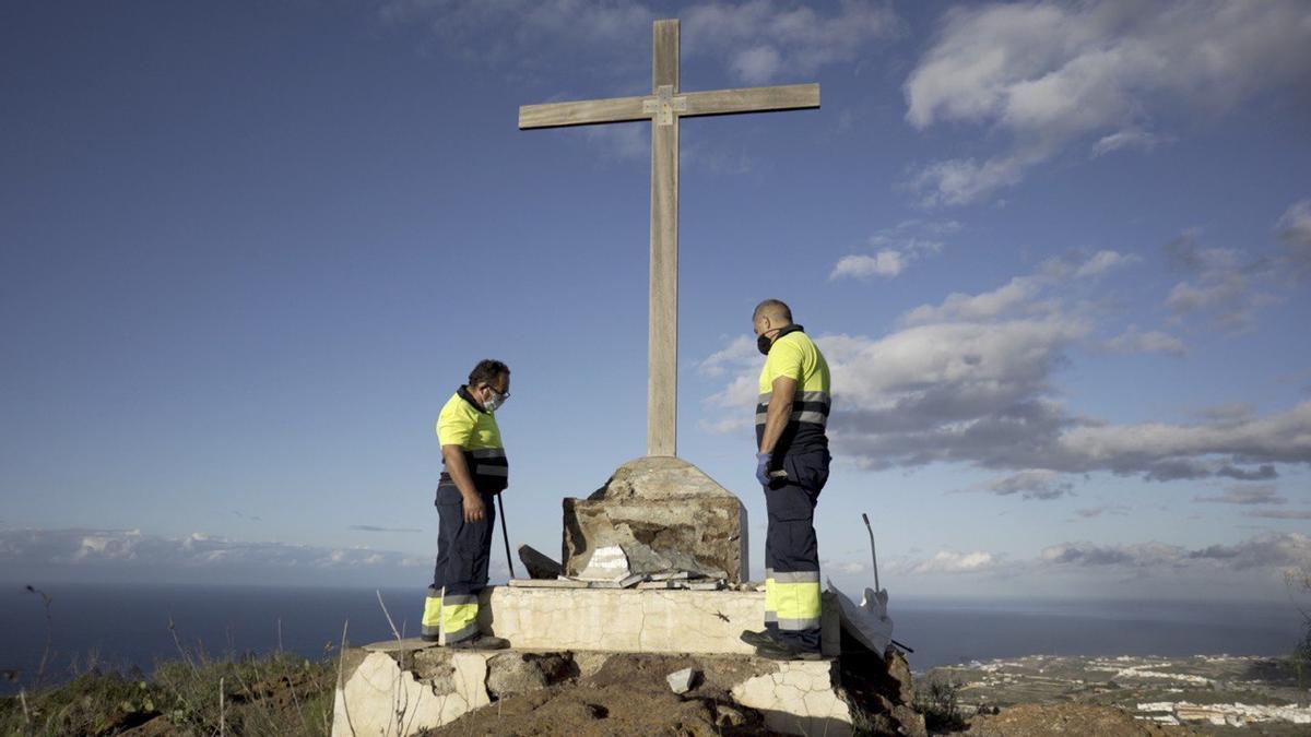 Trabajadores retiran la placa de exaltación a Franco en el municipio grancanario de Moya