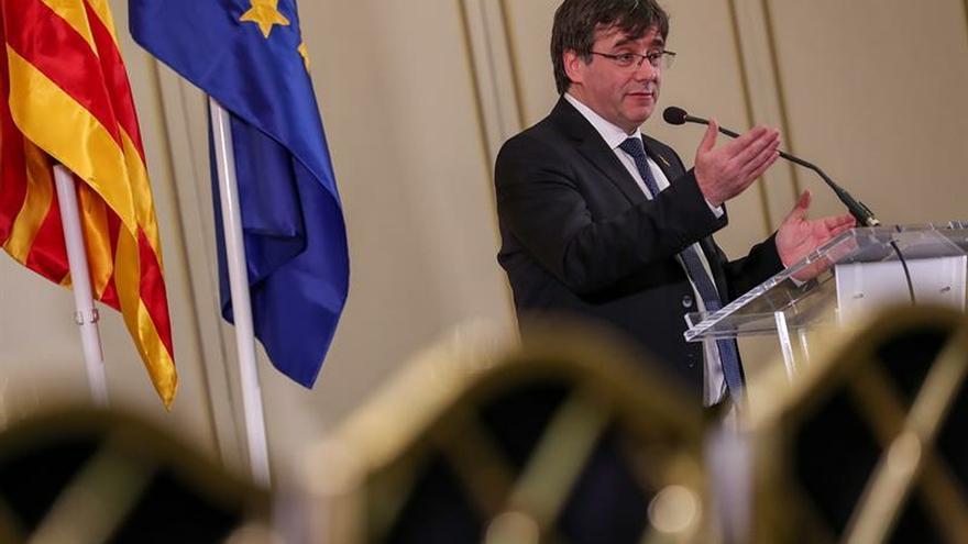 Puigdemont participa sin previo aviso en una exposición en la Eurocámara