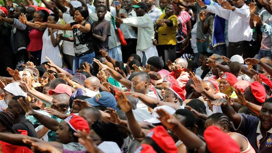 Una multitud se concentra ante el Parlamento para pedir la salida de Mugabe