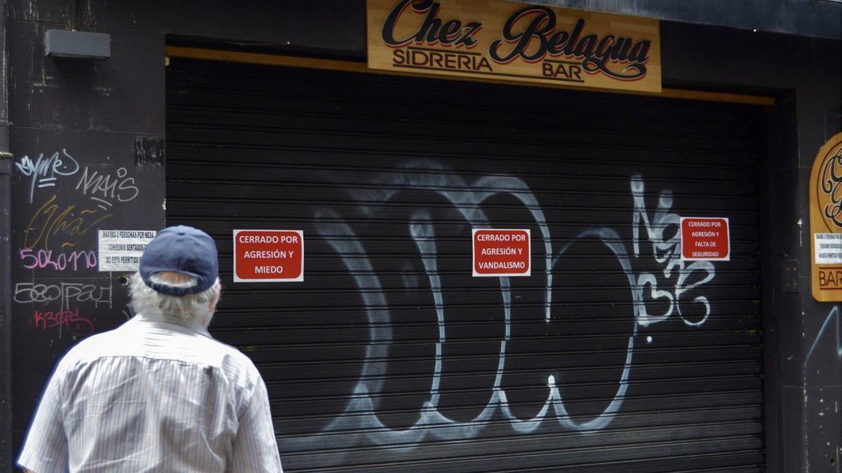 Un viandante observa los carteles se la protesta en la calle Estafeta