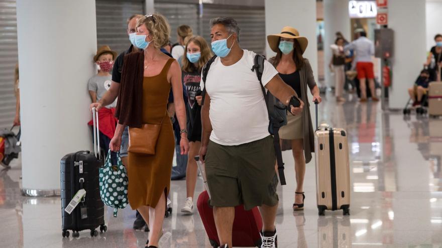 Varios pasajeros llegan a España después del cierre de fronteras para contener la propagación de la COVID-19