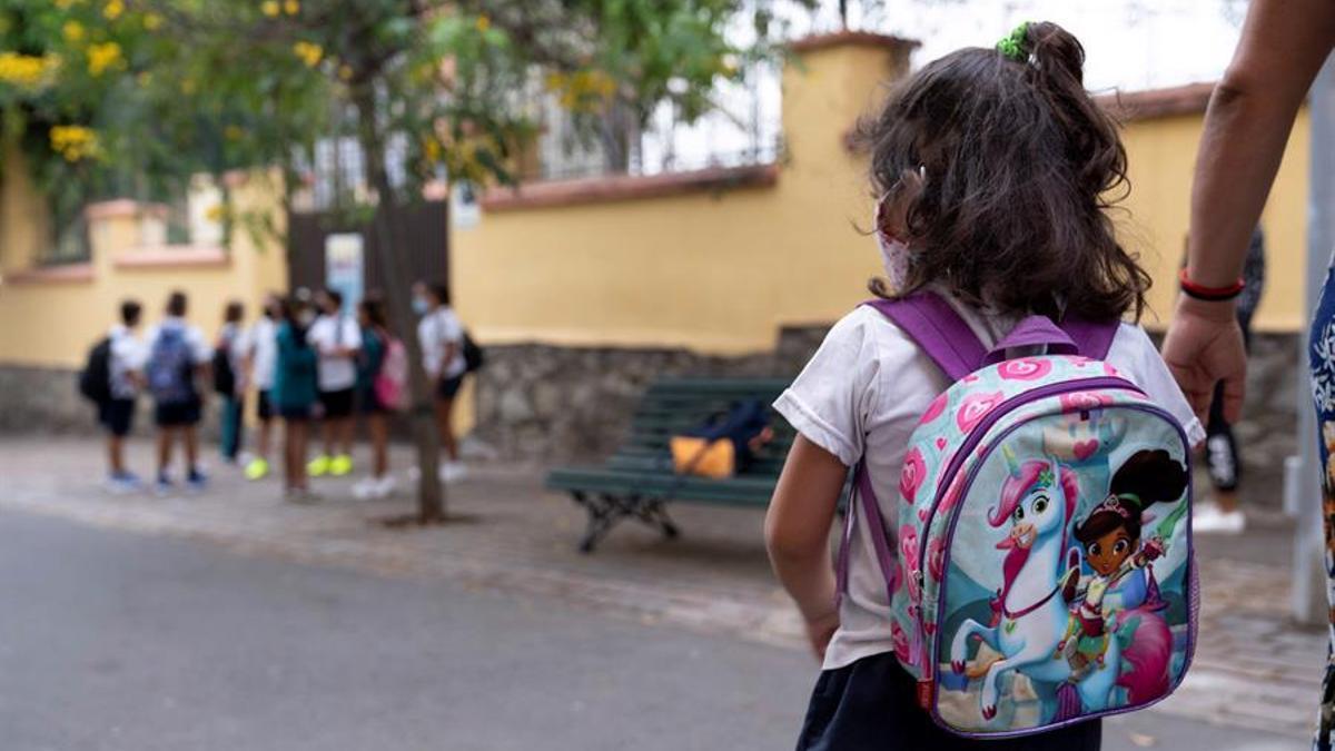Alumnado a las puertas de un colegio de Tenerife. EFE