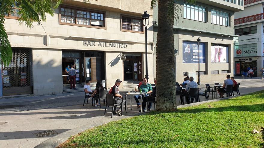 Terraza del Bar Atlántico, en la Calle Álvarez de Abreu, en Santa Cruz de La Palma, este lunes.