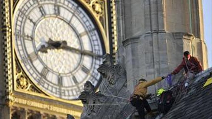 Ecologistas de Greenpeace en el Parlamento Inglés