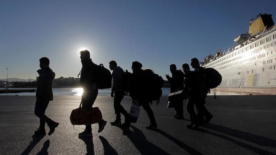 El gobierno griego traslada a 250 refugiados para descongestionar las islas