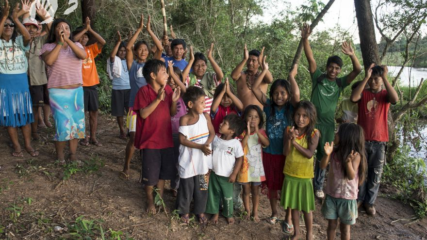 """Marzo: una comunidad guaraní en Brasil está de celebración porque el Gobierno ha reconocido sus tierras como indígenas y para su uso exclusivo. Los 170 miembros de la comunidad de Pyelito Kuê/ M'barakay, que viven en una """"isla"""" entre un río y una plantación de soja, pueden permanecer ahora en parte de su tierra ancestral hasta que el proceso de demarcación formal se complete./Fotografía: Sarah Shenker/Survival"""