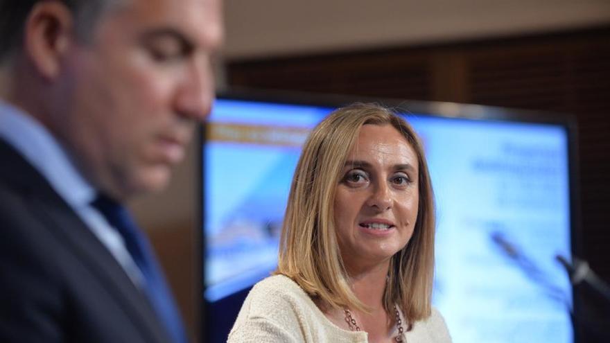 Marifrán Carazo, consejera de Fomento del Gobierno andaluz, junto al portavoz de la Junta, Elías Bendodo.