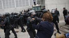 La intervención policial no logra impedir la participación en las urnas en Catalunya