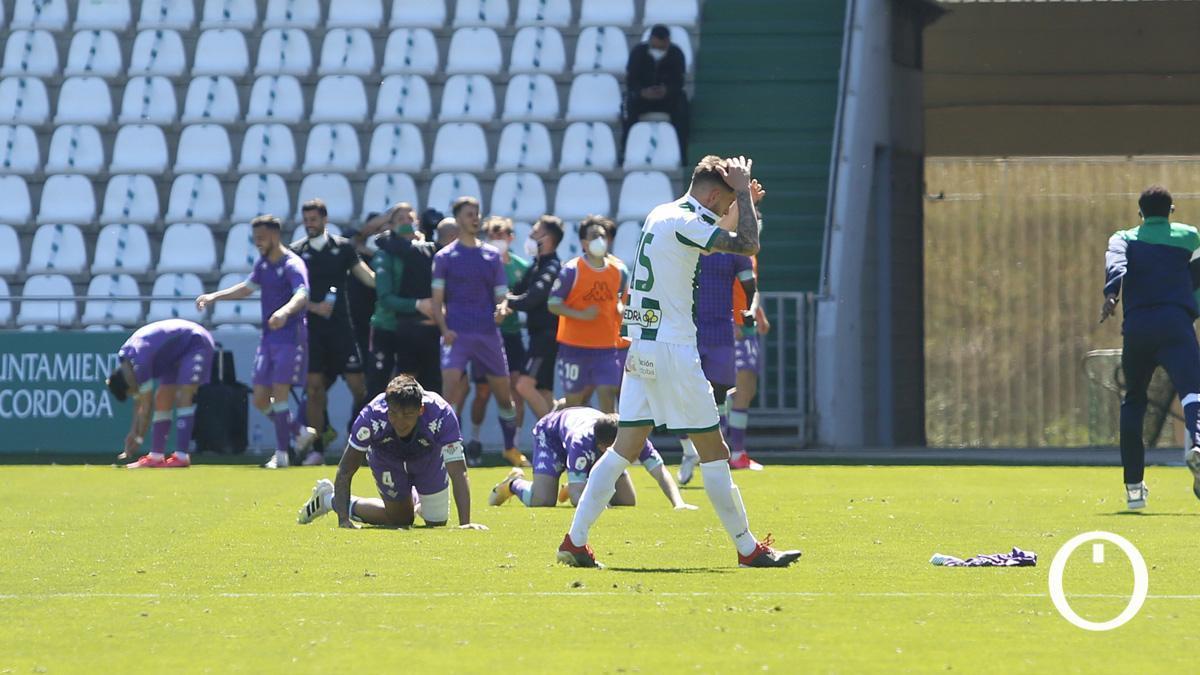 Nahuel se lamenta mientras el Betis Deportivo celebra un gol.