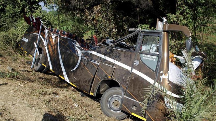 Al menos 14 muertos y 31 heridos al caer autobús por un barranco en India