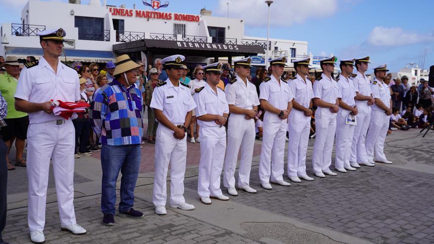 Tripulación del buque escuela 'Juan Sebatián Elcano' a su llegada a La Graciosa.