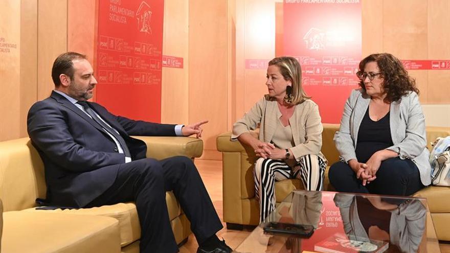 José Luis Ábalos, Ana Oramas y Guadalupe González Taño, en la reunión mantenida