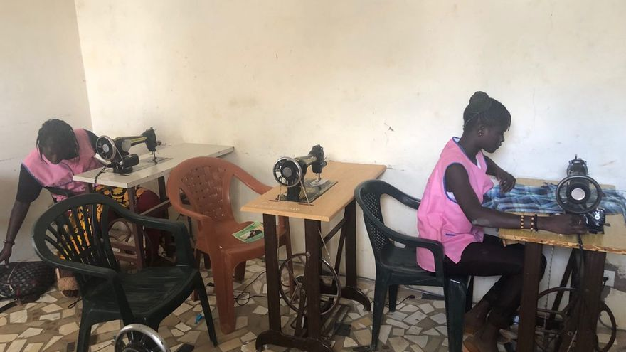 Niñas trabajando en el taller de costura de Koflec.