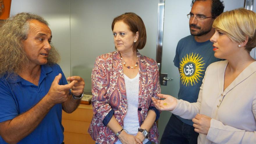 Pedro García -ANSE- explica el hallazgo a la consejera Noelia Arroyo