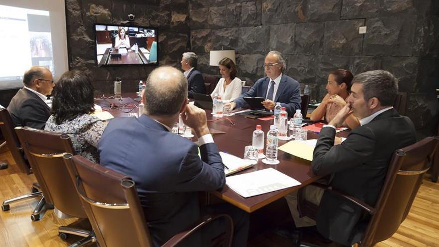 El presidente del Gobierno de Canarias, Fernando Clavijo, presidió este lunes el consejo de Gobierno del Ejecutivo canario, celebrado en Santa Cruz de Tenerife. EFE/Ramón de la Rocha