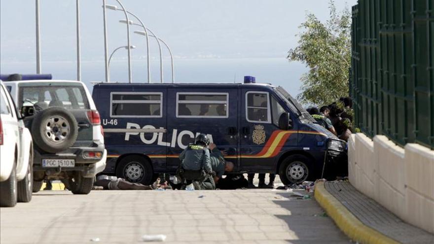 Unos cien inmigrantes entran en Melilla en un asalto masivo a la frontera